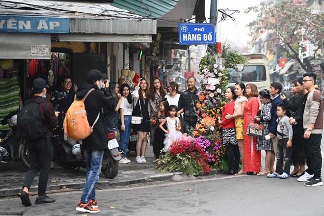 Hơn 100 cột đèn nở hoa giữa trung tâm Hà Nội - Ảnh 8