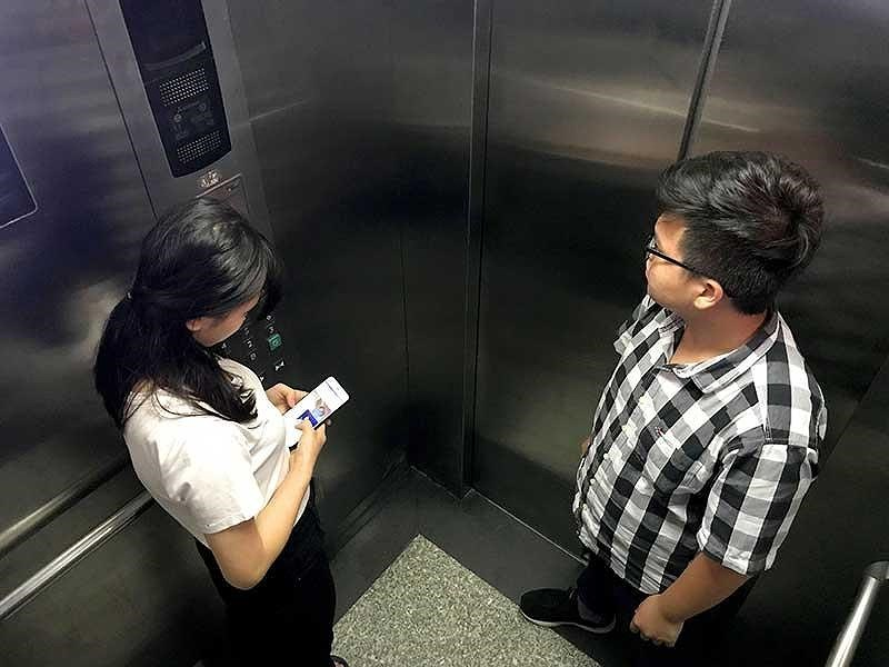 Việc đứng gần bảng điều khiển khi đi thang máy một mình giúp bạn có thể ấn nút khẩn cấp, ấn nút tầng để kịp thời thoát ra. Ảnh minh họa: HOÀNG GIANG
