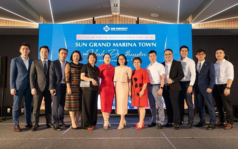 11 đại lý phân phối chính thức dự án Sun Grand Marina Town chụp hình lưu niệm với đại diện chủ đầu tư.