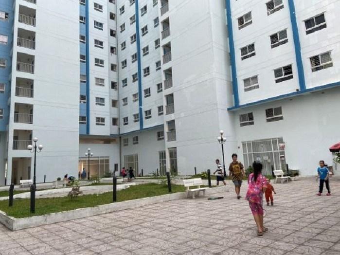 Sân chung cư thường xuyên có trẻ em vui chơi, vì vậy, cư dân rất hoang mang, lo lắng nếu lỡ không may tai nạn xảy ra