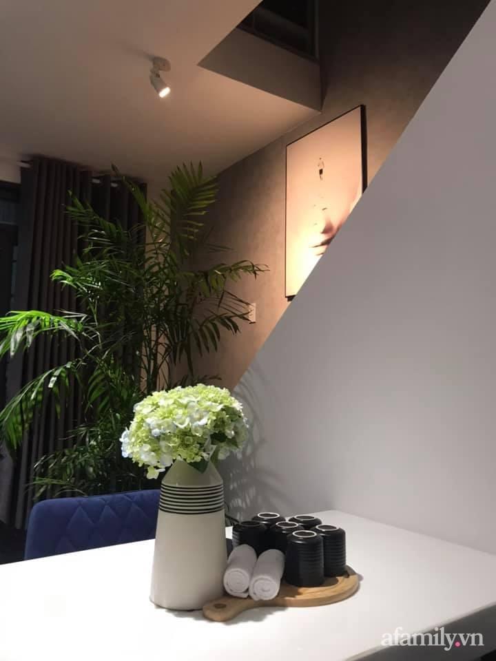 Bộ bàn ăn xinh xắn được đặt ngay cạnh khu vực cầu thang.