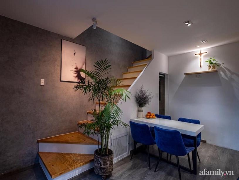 Cầu thang nhỏ gọn được thiết kế sát tường để tiết kiệm tối đa diện tích.