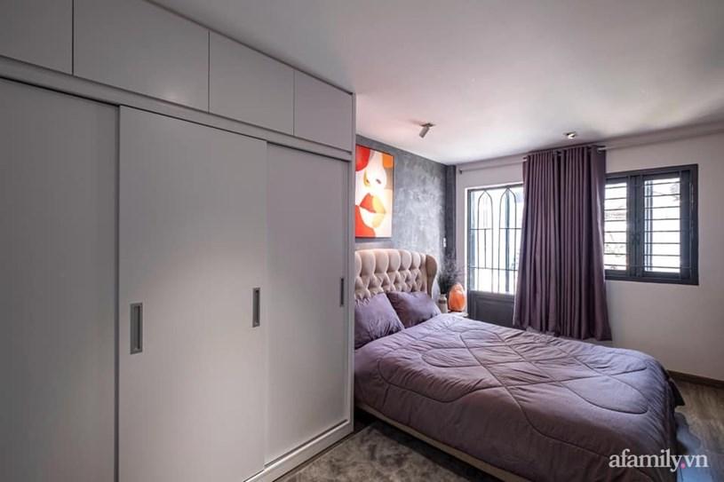 Tủ kịch trần tăng diện tích lưu trữ, cửa trượt cho tủ để tạo sự gọn gàng.