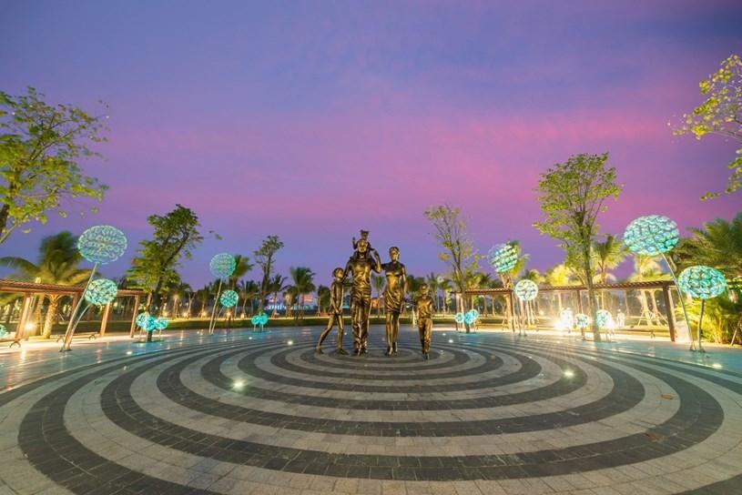 Quảng trường Ánh Sáng với những biểu tượng điểm nhấn độc đáo là không gian yêu thích của cư dân vào mỗi chiều tối.