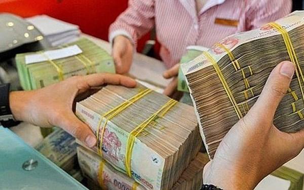 Lãi suất tiết kiệm giảm mạnh, người dân vẫn ồ ạt gửi tiền vào ngân hàng - Ảnh 1
