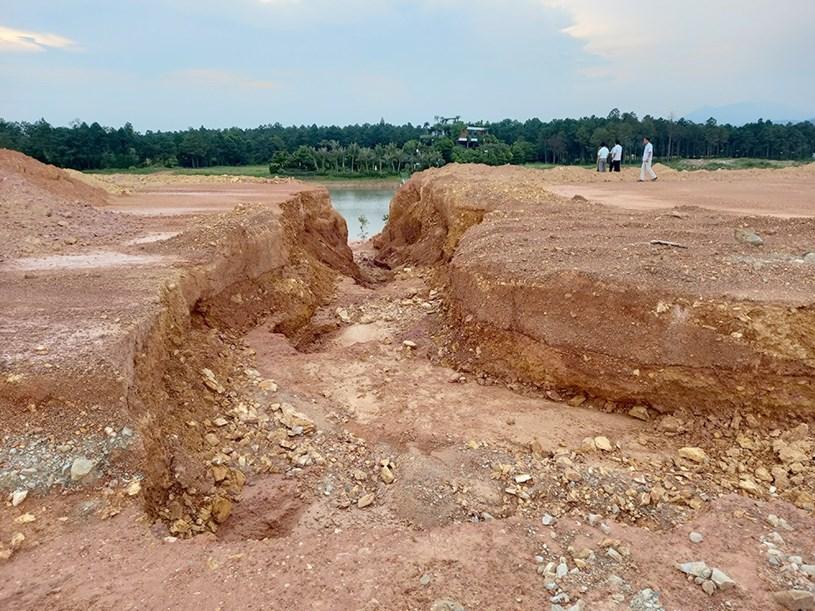 Những rãnh lớn được tạo ra để nước mưa kèm đất đá chảy thẳng từ đại công trường xuống hồ Đại Lải