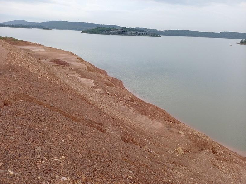 Đất đồi đổ thẳng xuống lấp lòng hồ Đại Lải
