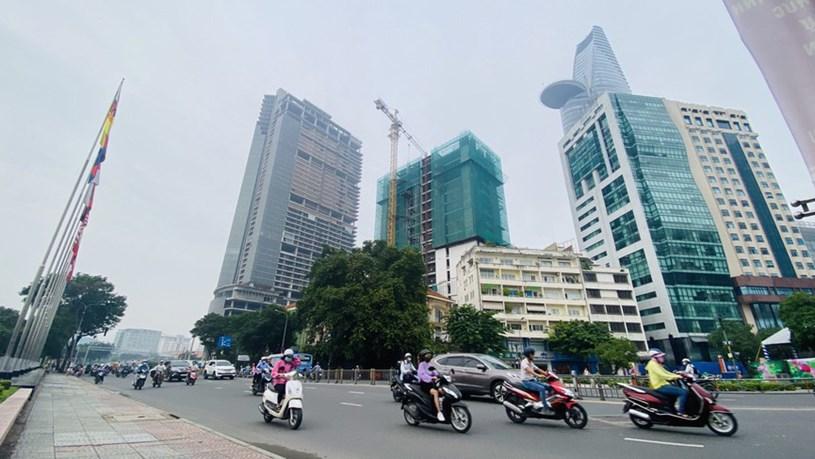 Cận cảnh cao ốc 'đắp chiếu', làm xấu bộ mặt trung tâm Sài Gòn - Ảnh 2