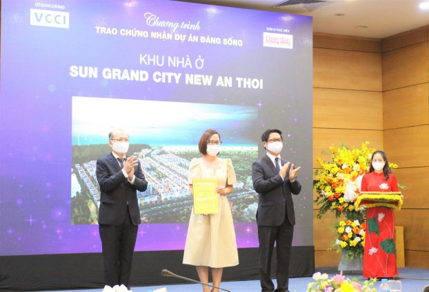 """Bà Nguyễn Ngọc Thúy Linh – Phó Tổng Giám đốc thường trực Sun Property nhâ%3ḅn các giải thưởng của chương trình """"Dự án đáng sống 2021"""""""