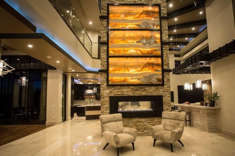 Căn nhà được thiết kế với tông màu chủ đạo là đen, nâu và kem. Trong nhà có đầy đủ tiện nghi và nội thất tinh xảo, hiện đại như hồ bơi, thang máy hay garage có thể chứa được 9 chiếc ôtô cùng lúc.