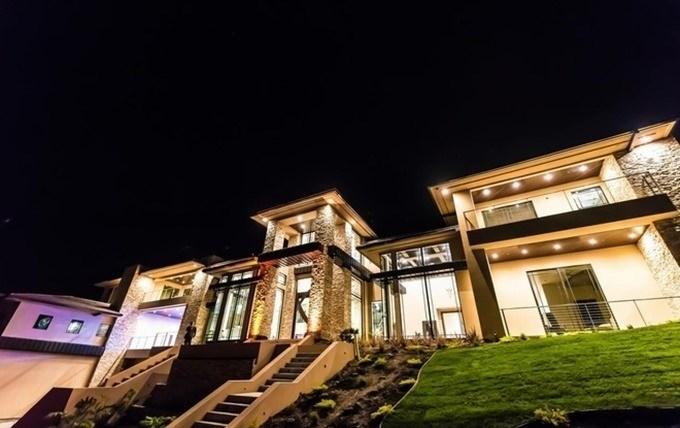 Căn biệt thự hoành tráng nằm ở San Jose, California. Vì được thiết kế công phu nên mất 3 năm căn biệt thự mới hoàn thành.