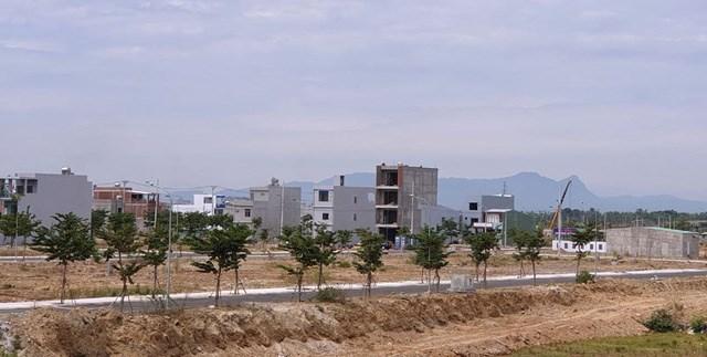 Đất nền dự án ở khu vực Hòa Xuân, quận Cẩm Lệ giảm giá khá sâu, giao dịch chậm. Ảnh: Quang Hải
