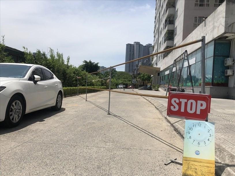 Lối đi như thường lệ của cư chung cư CT1 bị chặn. Ảnh Cao Nguyên.