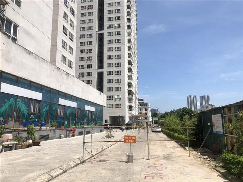 Đường đi bị chặn khiến người dân lo ngại trong việc phòng cháy chữa cháy. Ảnh Cao Nguyên.