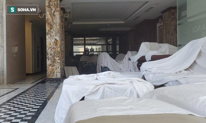 Bàn ghế, đồ dùng bên trong khách sạn phủ kín vì không có khách.