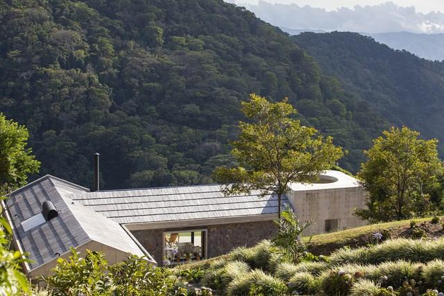 Ngôi nhà nằm giữa núi đồi, dùng điện mặt trời và uống nước suối - Ảnh 1
