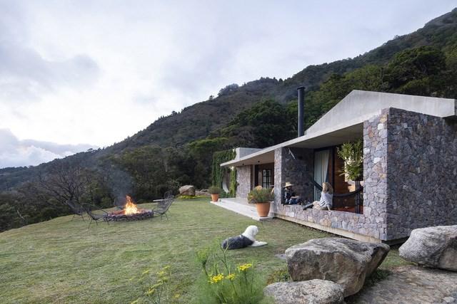 Ngôi nhà nằm giữa núi đồi, dùng điện mặt trời và uống nước suối - Ảnh 2
