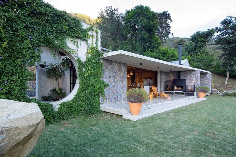 Ngôi nhà nằm giữa núi đồi, dùng điện mặt trời và uống nước suối - Ảnh 3