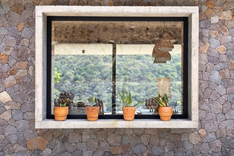 Ngôi nhà nằm giữa núi đồi, dùng điện mặt trời và uống nước suối - Ảnh 4