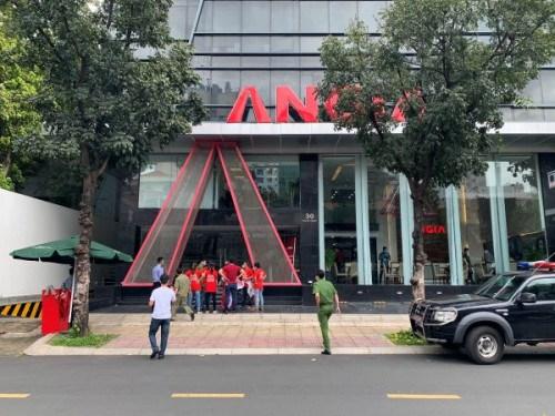 Cư dân The Star tiếp tục căng băng rôn đòi sổ hồng trước trụ sở Công ty An Gia - Ảnh 1