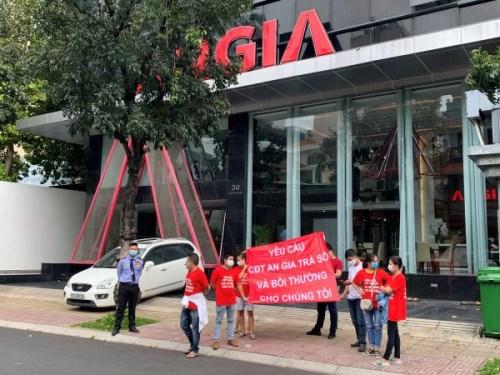 Cư dân The Star tiếp tục căng băng rôn đòi sổ hồng trước trụ sở Công ty An Gia - Ảnh 3