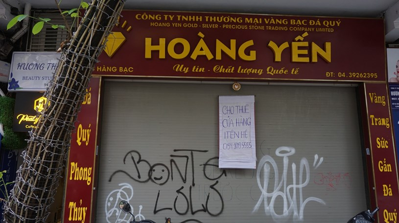 Một cửa hàng treo biển cho thuê bằng chữ viết tay.