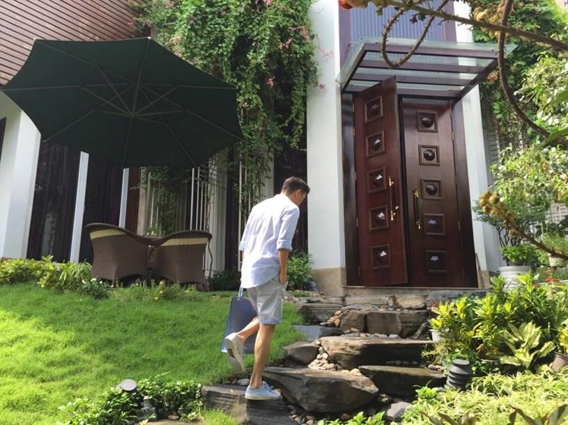 Biệt thự có màu trắng chủ đạo và được xây 3 tầng. Phía trước biệt thự được anh trồng cỏ và thiết kế lối đi theo dạng bậc thang bằng đá.