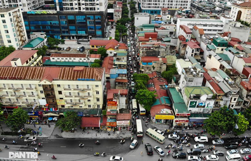 Tuyến phố Nguyễn Tuân (quận Thanh Xuân, Hà Nội) có chiều dài khoảng 670m, rộng 6m. Điểm đầu tuyến giao với đường Nguyễn Trãi, điểm cuối tuyến tại đầu ngõ 162 Nguyễn Tuân. Lòng đường khá hẹp, nhiều dự án chung cư, cao tầng mọc san sát hai bên đường khiến nơi đây trở thành điểm nóng về giao thông, thường xuyên xảy ra ùn tắc nhất là vào giờ cao điểm.