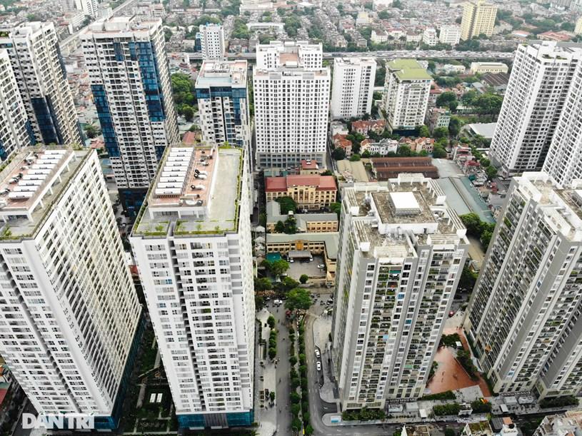Các dự án chung cư hầu hết đường xây dựng sát mặt đường, cách nhau chỉ vài trăm mét. Giá các căn hộ ở đây cũng được chào bán đắt đỏ, trung bình từ 30-45 triệu đồng/ m2.