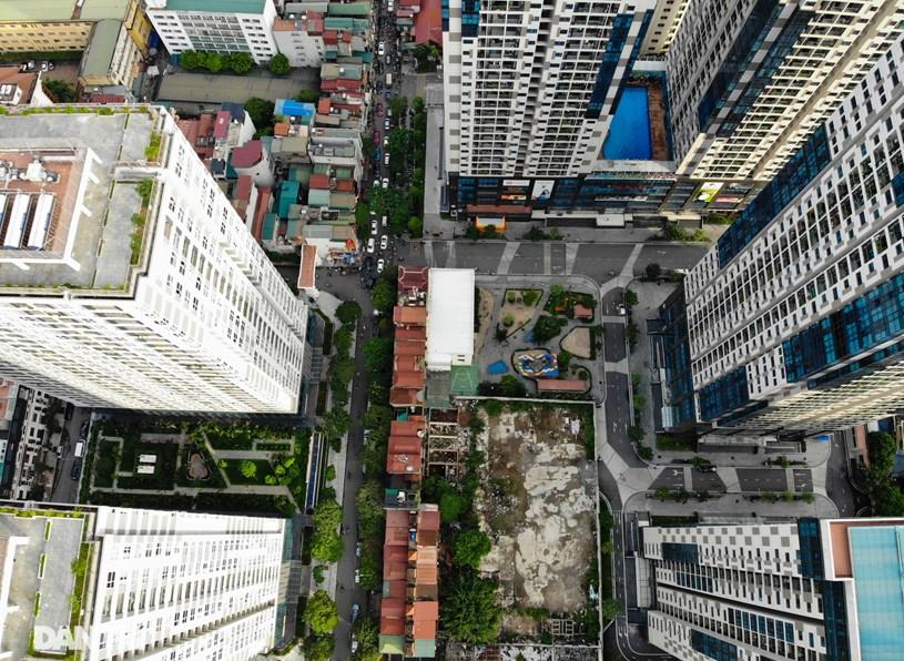 Theo tính toán có khoảng 6.000 căn hộ chung cư dọc hai bên đường Nguyễn Tuân. Dân số tăng tạo áp lực rất lớn đến hạ tầng giao thông và hạ tầng xã hội tại khu vực này.