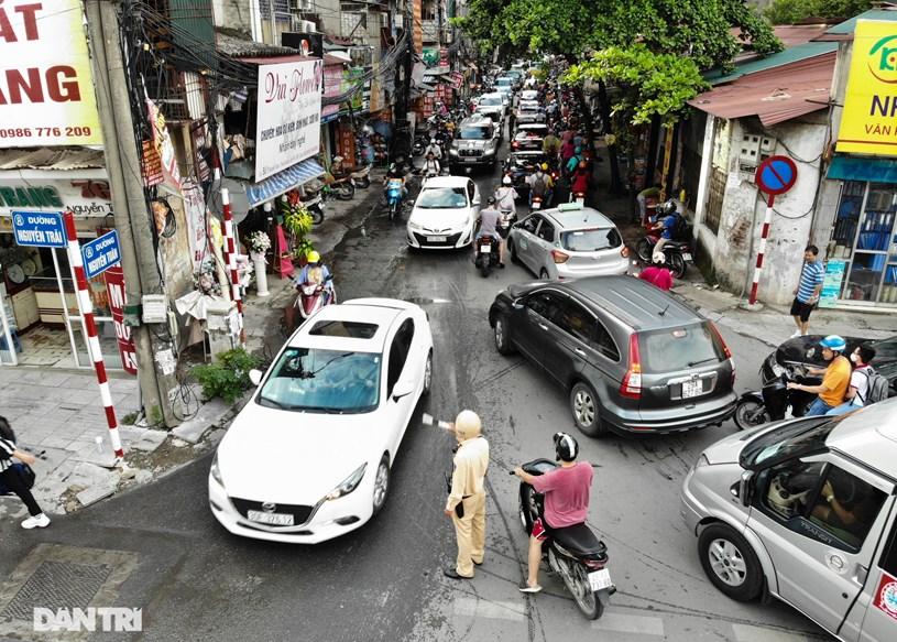 """Vào giờ cao điểm, dân cư từ các tòa nhà đồng loạt đổ ra đường, đoạn đường Nguyễn Tuân như """"nút thắt cổ chai""""."""