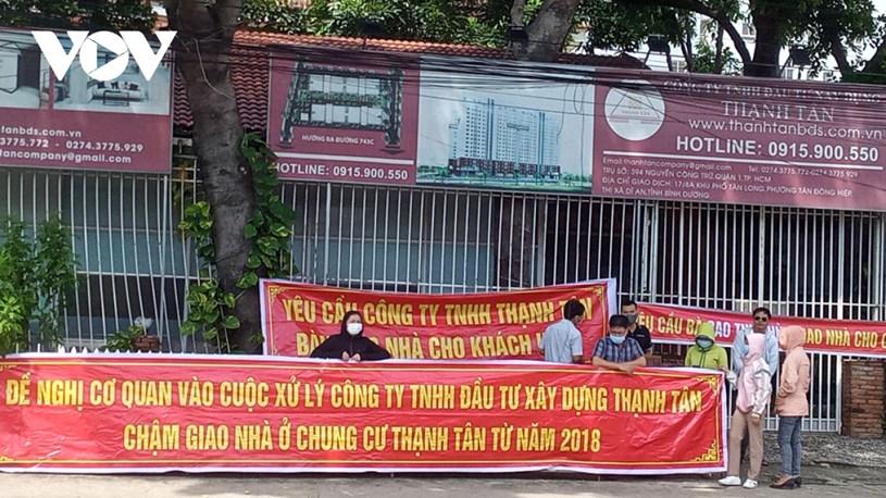 Bình Dương: Hàng chục cư dân Thạnh Tân căng băng rôn đòi bàn giao căn hộ - Ảnh 1