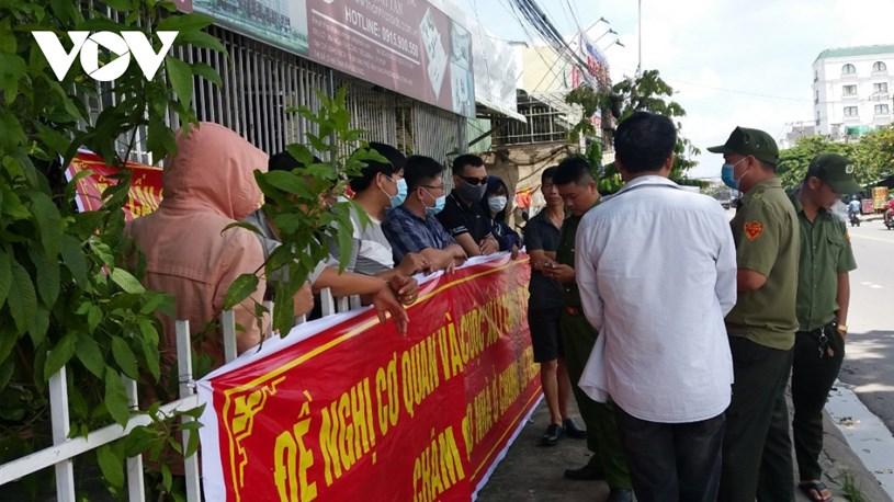 Bình Dương: Hàng chục cư dân Thạnh Tân căng băng rôn đòi bàn giao căn hộ - Ảnh 2