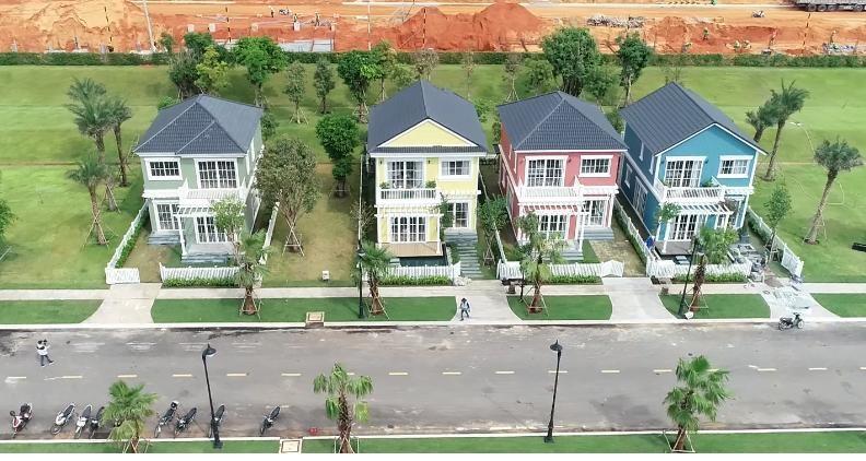 Khu nhà mẫu được xây dựng theo cách kiến trúc Florida, Mỹ đang được hoàn thiện