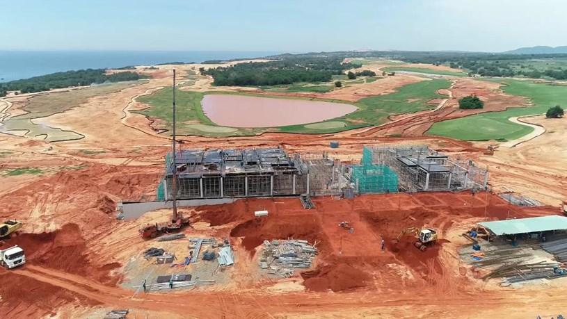 Khu Club Hose và nhà điều hành sân golf đang được thi công, dự kiến sẽ hoàn thành vào tháng 12/2020