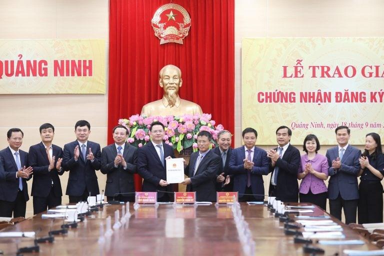 Lãnh đạo Ban Quản lí Khu Kinh tế tỉnh trao Chứng nhận đăng kí đầu tư cho đại diện Tập đoàn Thành Công. (Ảnh: quangninh.gov.vn)