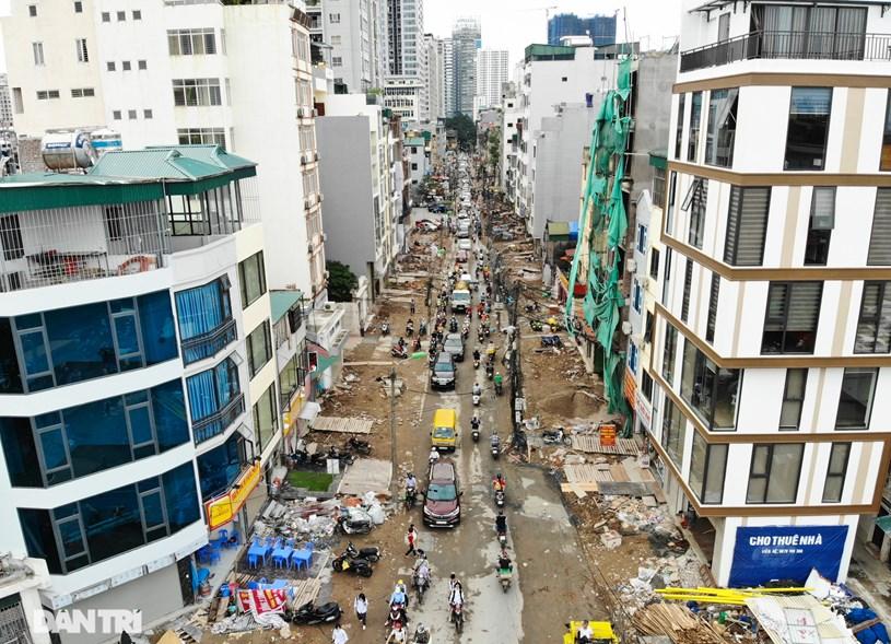 Vào giờ cao điểm, tuyến đường xảy ra ùn tắc kéo dài, bụi bặm bủa vây cả tuyến phố. Người dân khu vực than trời vì cuộc sống khổ sở, đảo lộn.