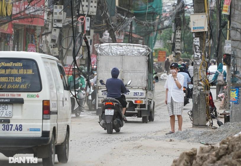 Hệ thống dây điện lơ lửng trên đầu người tham gia giao thông, tiềm ẩn nguy hiểm