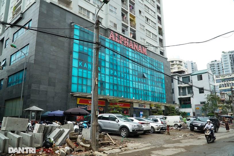 Một khoảng sân của tòa nhà Alphanam cũng chưa thể giải phóng mặt bằng.