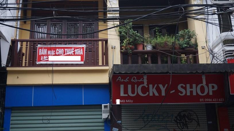 Các tấm biển bán nhà được treo nhiều trên phố cổ Hà Nội.