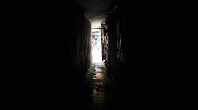 """Những con ngõ sâu hun hút, tối tăm là """"đặc sản"""" của phố cổ Hà Nội. Ảnh minh họa: Lê Hà"""