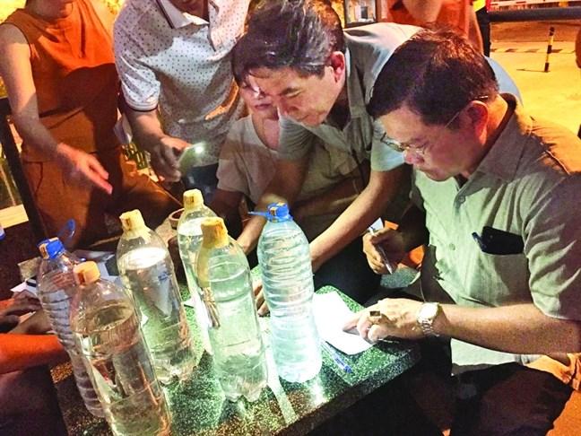Chính quyền địa phương lập biên bản, niêm phong mẫu nước đưa đi kiểm nghiệm