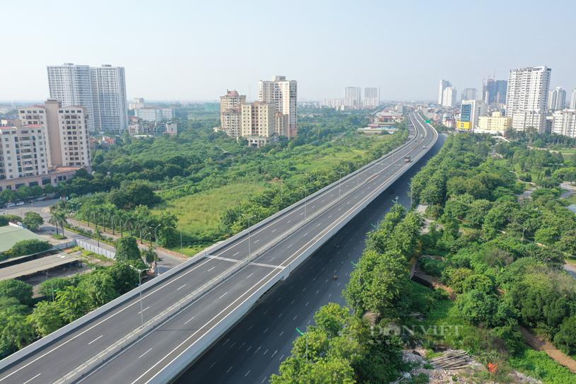 Hạ tầng giao thông phát triển, kết nối thuận tiện giữa vùng trung tâm với các vùng ven thành phố. (Trong ảnh là đường Vành đai 3 - đoạn đường Phạm Văn Đồng). Ảnh: Nguyễn Chương