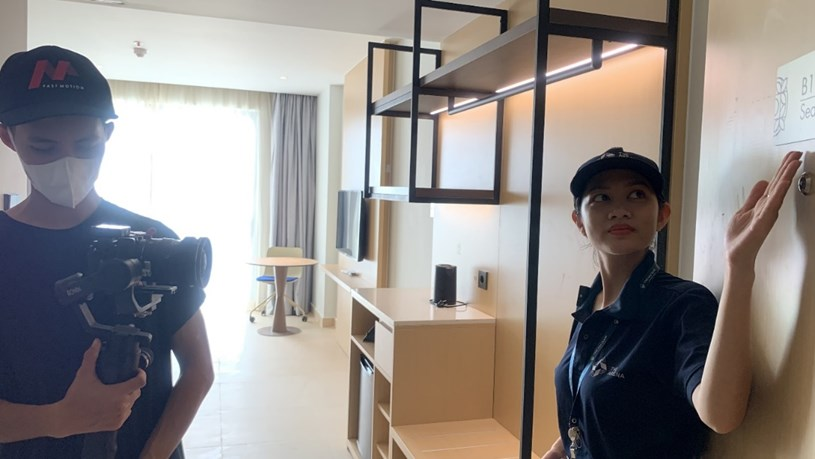 Nhân viên bàn giao quay video giới thiệu căn hộ cho khách hàng