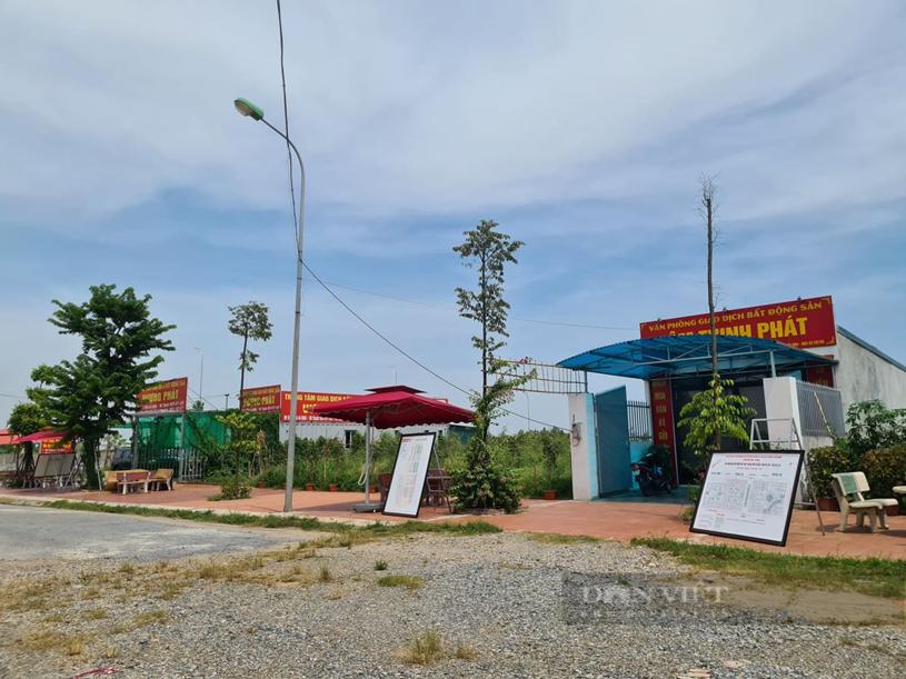 Nhiều văn phòng bất động sản đã có mặt ở Mê Linh. Ảnh: Trần Kháng