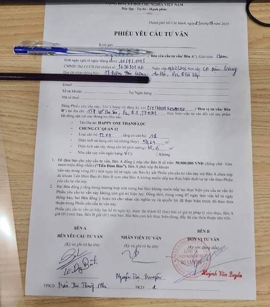 Theo luật sư Phan Minh, Đoàn luật sư Tp.HCM, việc các sàn giao dịch dùng phiếu yêu cầu tư vấn, nhưng thu tiền của khách hàng là vi phạm pháp luật. Cụ thể là vi phạm khoản 5, điều 10 Luật bảo vệ quyền lợi người tiêu dùng.