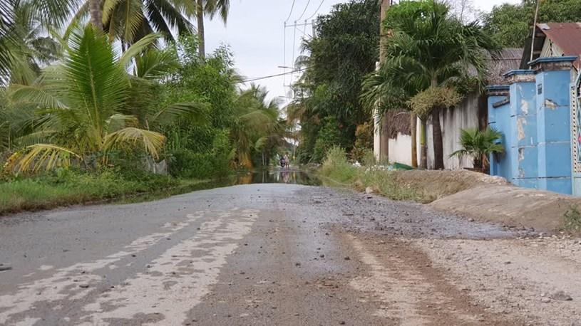 Đường Trường Lưu nhỏ hẹp, mặt đường xấu, nhiều đoạn ngập nước. Ảnh: Tất Đạt