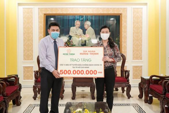 Ông Nguyễn Nam Hiền - Phó Tổng Giám đốc Tập đoàn Hưng Thịnh - trao tặng 500 triệu đồng cho đội ngũ y, bác sĩ tuyến đầu chống dịch COVID-19 tại TP.HCM thông qua Ủy ban MTTQ Việt Nam TP.HCM ngày 31-3