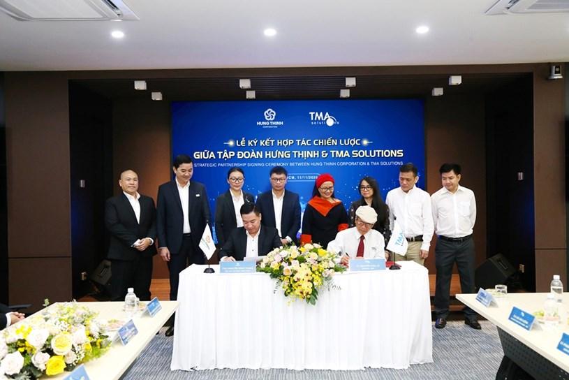 Ông Nguyễn Đình Trung- Chủ tịch Tập đoànvà TS.Nguyễn Hữu Lệ– Chủ tịch TMA Solutionsthực hiện nghi thức ký kết hợp tác với sự chứng kiến của đại diện 2 đơn vị