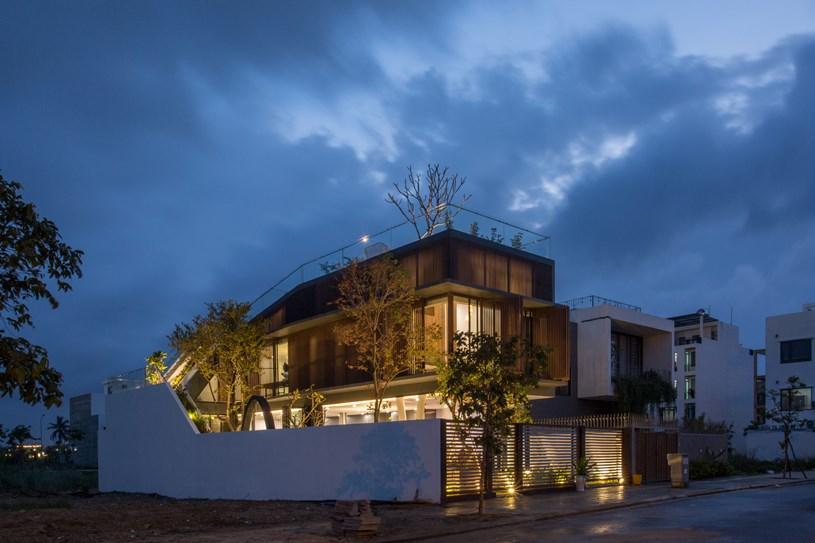 Nhà 2 tầng mở hoàn toàn với cửa kính, cả sân thượng là vườn trồng rau và khu vui chơi - Ảnh 15